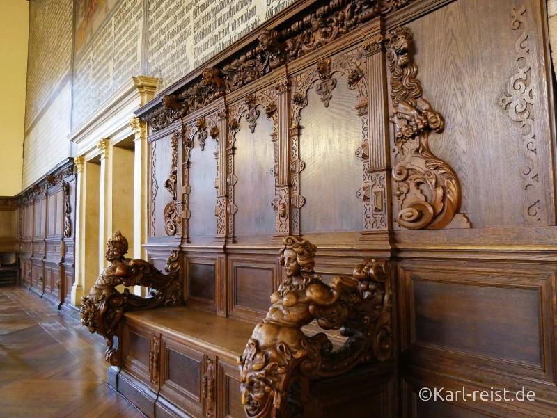 Bank in oberer Halle