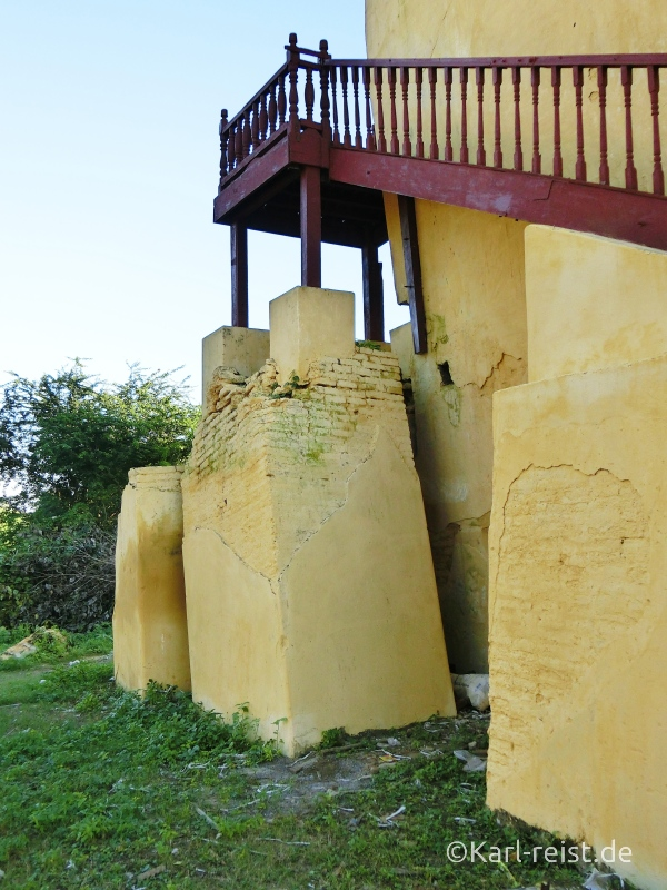 Schiefe stützende Säule des Wachturms der Insel Inwa