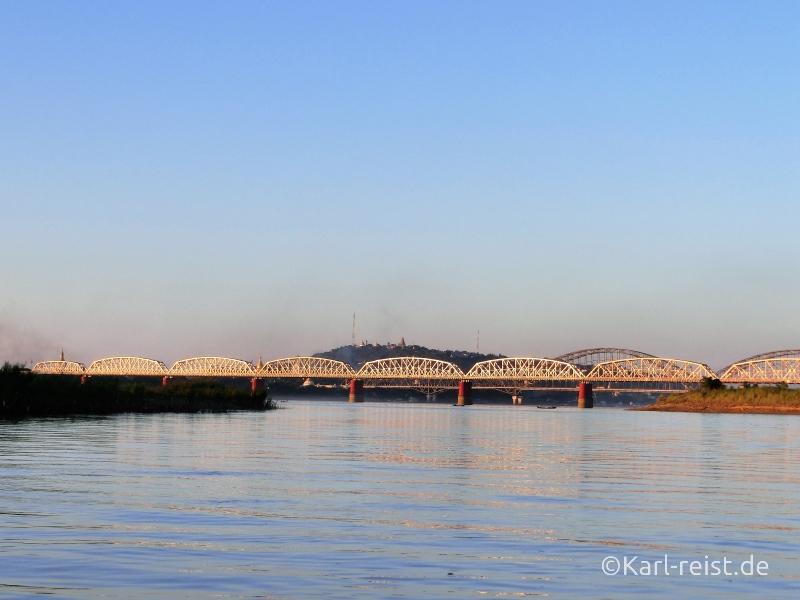 Aussicht auf die Brücken nach Sagaing und den Sagaing Hill.