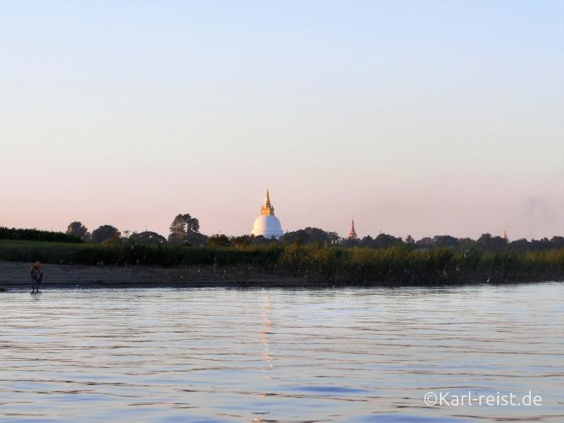Aussicht auf Tempel aus Boot zur Insel Inwa