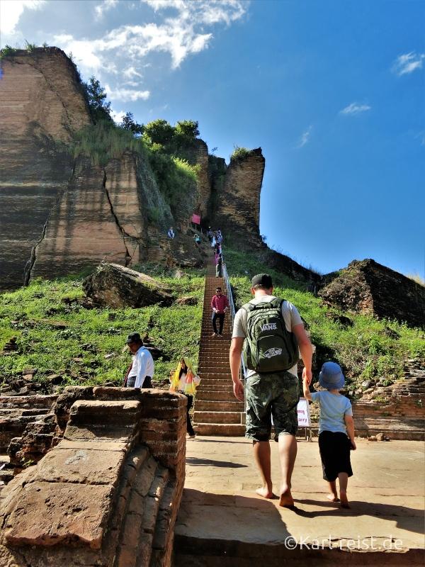 Treppe nach oben auf die Mingun Pagode