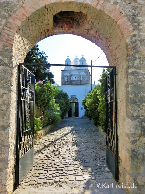 Blick durchs Tor aufs Kloster.