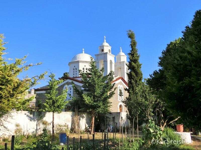 Blick aus dem Gemüsegarten aufs Kloster.