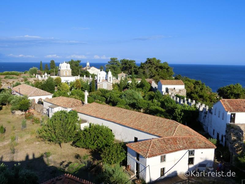 Der Blick auf die Klosteranlage und einen Teil der alten Burgmauern.