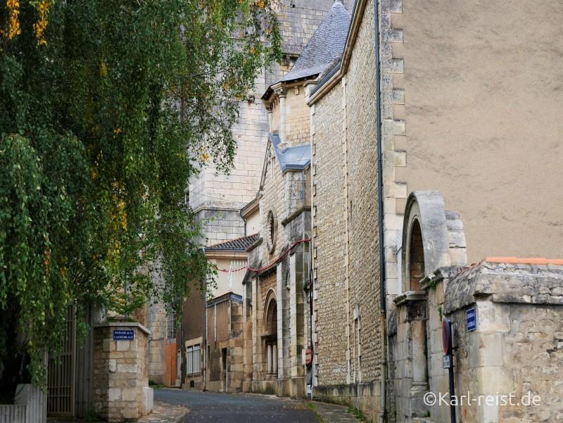Poitiers Straße hinter Kathedrale