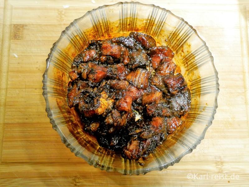 Fleischstücke in Marinde