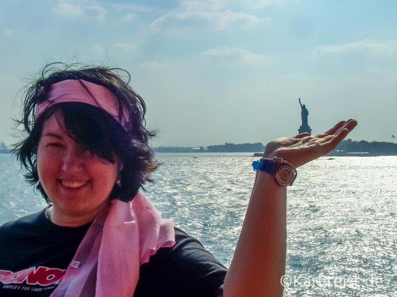 Nina hält die Freiheitsstatue auf der Hand.