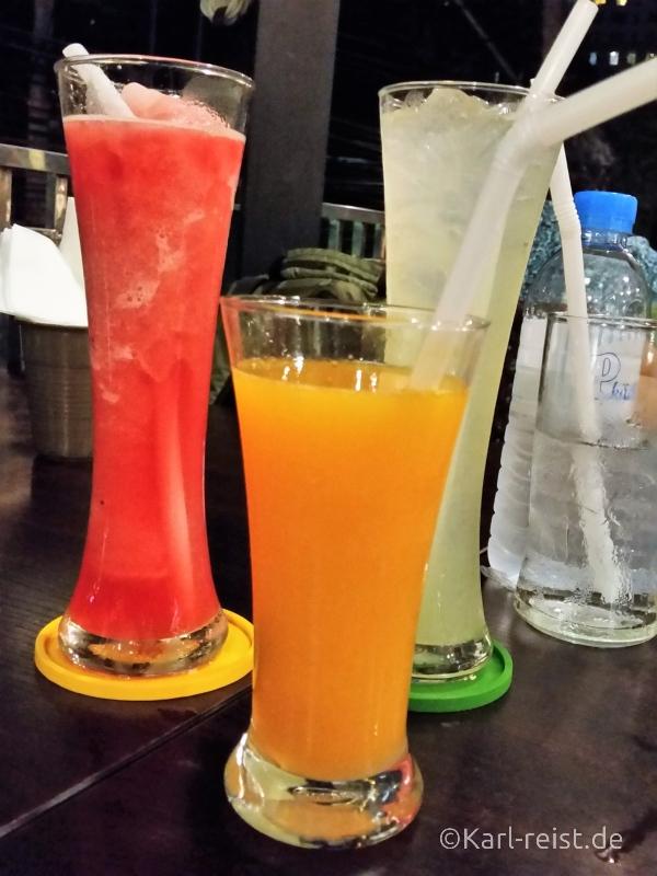 Frischgepresste Säfte: Wassermelone, Orange und Zitrone.