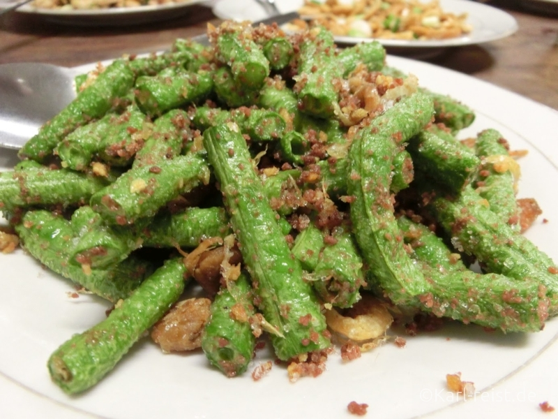 Stir fried stringbeans sauteed with shrimp paste ist ein Gericht aus der Region Chanthaburi.