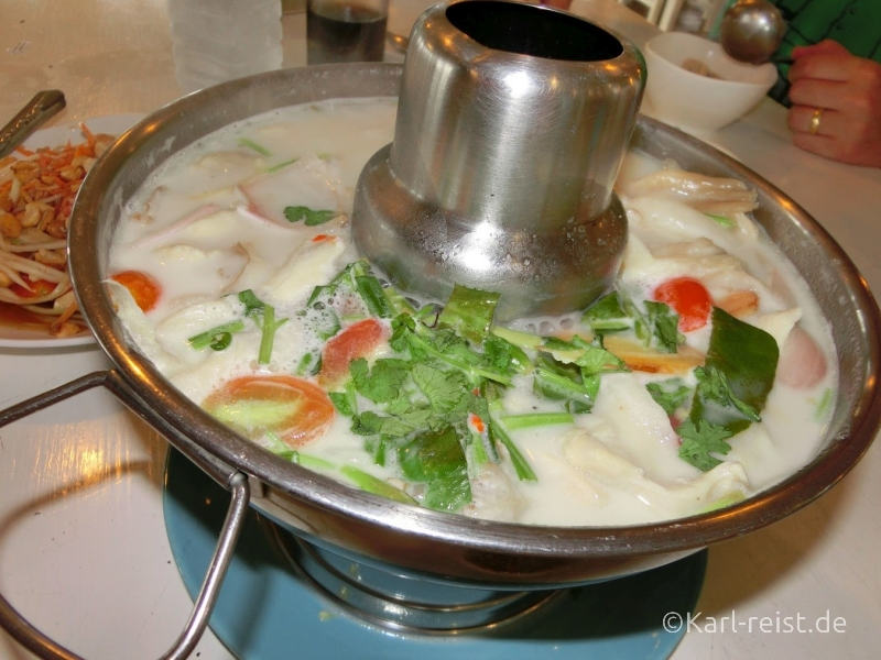 Tom Kha Gai - Kokossuppe mit Huhn im beheizten Hut