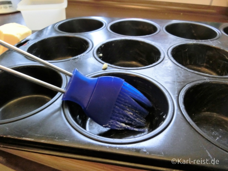 Schritt 1: Gründliches Ausfetten mit Margarine oder Butter der Muffinform. Ohne Fetten ist es schwer die fertigen Pastéis herauszubekommen.