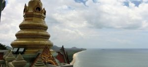 Ausblick vom Wat Tang Sai Temple bei Ban Krut, Thailand. Meer, Strand Tempel